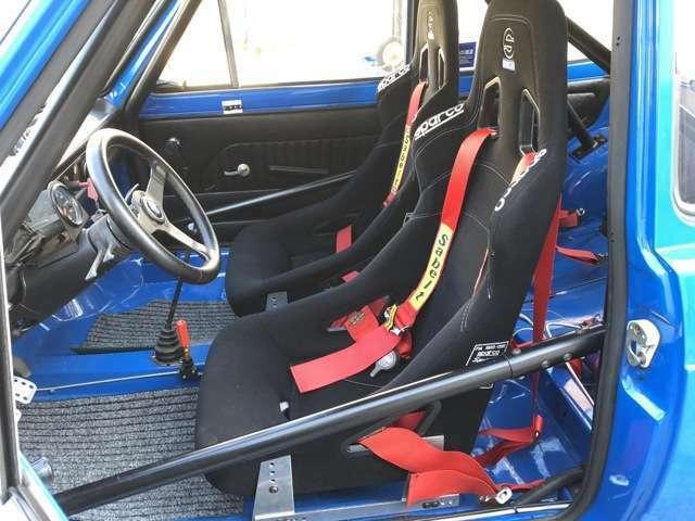 イタリアSassa Roll-bar社製ロールバーとSparco社製バケットシートとSabeltのハーネス。