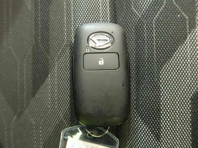 この電子キーを携帯しているだけで簡単にエンジンの始動やドアの解錠、施錠が可能です!また万が一の時も安心なエンジンイモビライザーもついてます!