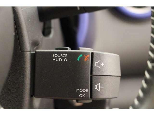 ステアリングから手を離さずに、オーディオなどの操作が可能なステアリングリモコンを装備しています。