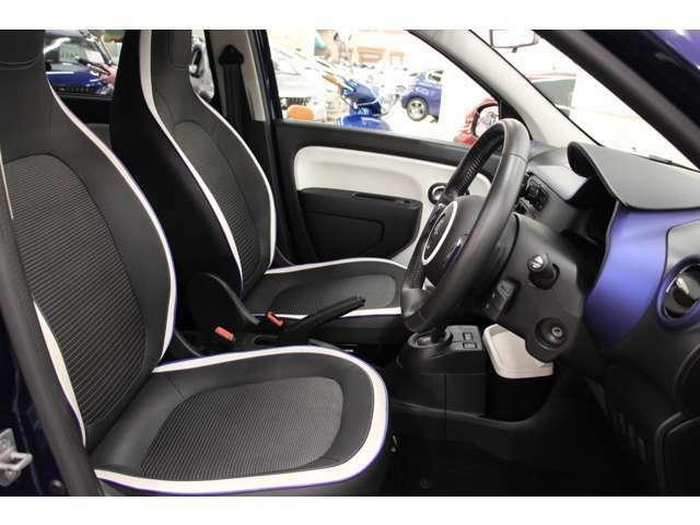 レザー調×ファブリックコンビシートを特別装備しています。フロントシートはきれいな状態を保っています。ホワイトとブルーノクターンのパイピングを合わせたストライプがステキですね!