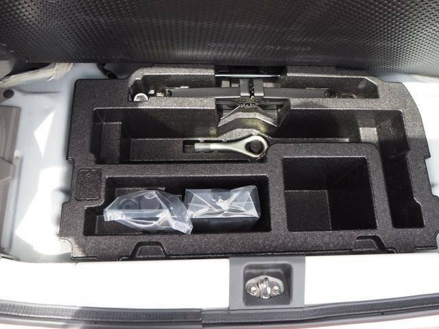 サブトランクには車載工具などシンデレラフィット!