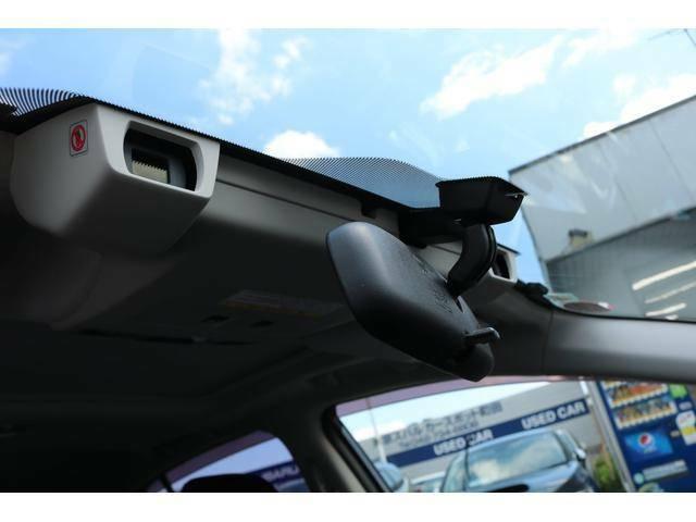 フロントガラス内側に配置されたステレオカメラが人の目のように障害物を認識。警報やブレーキ制御で衝突回避あるいは被害軽減を支援します。