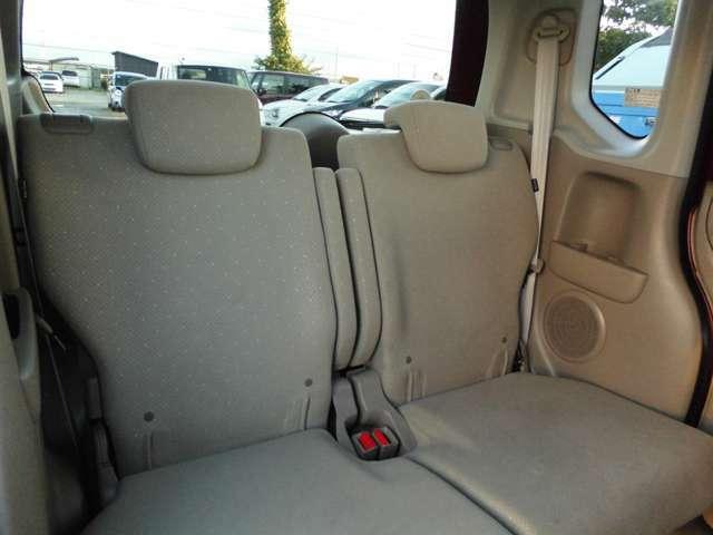 後部座席の状態も良いです。足元には前後共に社外マットがついています。