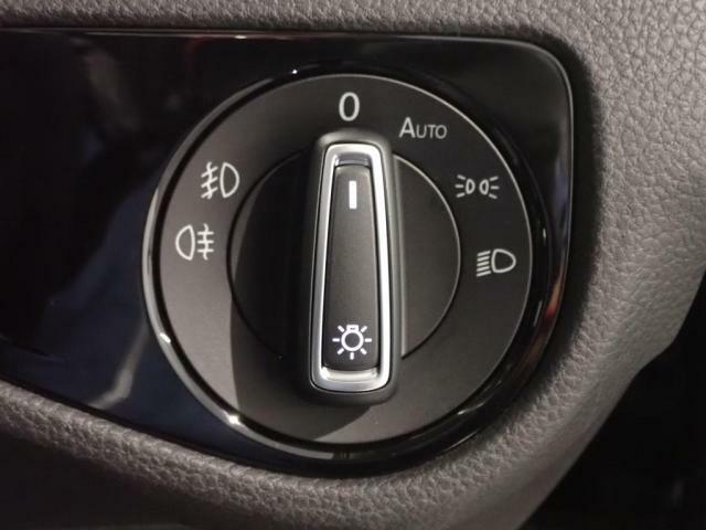 オートライトシステムは夜間走行時などライトをつける手間が省けます。