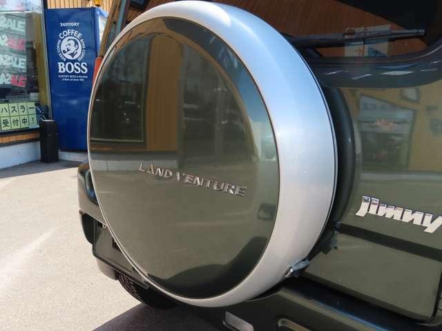 ランドベンチャーロゴ入りアルミ製タイヤハウジングは、ボディカラーと同色で統一感があります♪