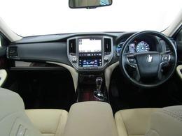 シックな色合いで、高級感と機能を併せ持った運転席廻です。革巻きステアリングはステアリングスイッチでオーディオ操作やディスプレイの操作を、走行中でも視線をそらさづ操作出来るので安全運転につながります。