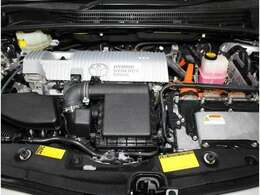 エンジンとモーターを最適に動かして低燃費と低排出ガスを実現するハイブリッドシステム。もちろんスチームがけでエンジンルームの汚れも綺麗にクリーニング!