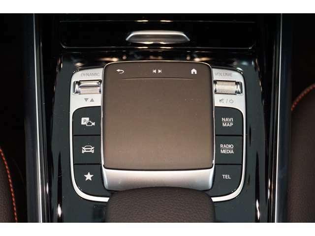 【コマンドシステム】センターコンソールに装備したCOMANDコントローラーと、その周囲に配置したスイッチ類及び音声認識機能により、ナビやオーディオ&ビジュアル、車両設定など操作出来ます。