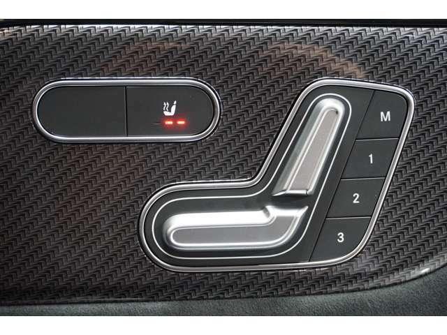 【メモリー付パワーシート】様々な体型の乗員に合わせたきめ細かいシート調整が可能になってます。3名分のメモリー可能は他の乗員が座った時にもスイッチ操作ひとつで好みのシートポジションを呼び出せます。