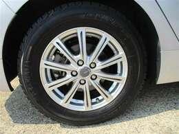 タイヤサイズ195/65R15、タイヤ残り溝約6mmの社外アルミホイールです。