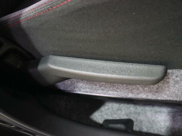 シートリフターでドライビングポジションをお好みに設定することができます。