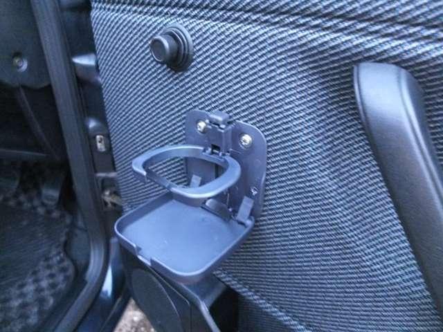 運転席&助手席ドアにドリンクホルダーも御座います。