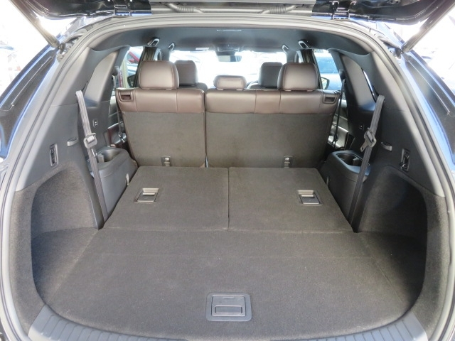 サードシートを倒す事で、大人4人分の乗車スペースと同時に余裕のラゲッジスペースを確保できます。サードシートは、ラゲッジルーム側からシートバックのレバーを引くだけでそのまま簡単にシートを前方に倒せます!