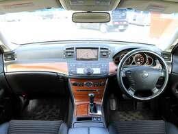 【ウッドパネル】こちらのお車には、木目パネルが採用されており、高級車やハイグレード車両の象徴となり、高級感溢れる車両となっております。