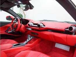 インテリアはレッドでフフェラーリらしく素敵なカラーリングです。