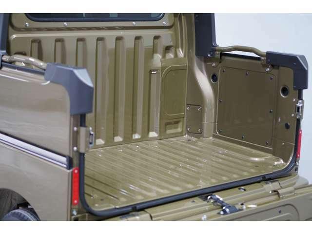 汚れたり濡れたりした荷物も気にせず積載できるデッキスペースです。