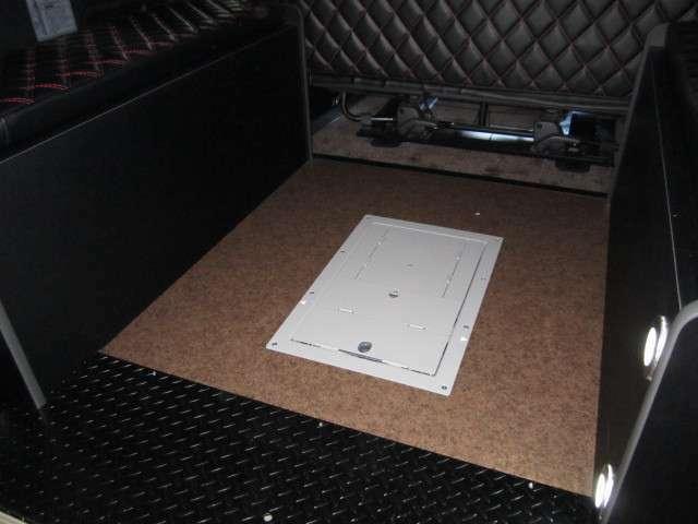 固縛装置はフロアー埋設式で非常にスッキリしております。新作の場合フロアー生地重歩行CF柄変更可能です。