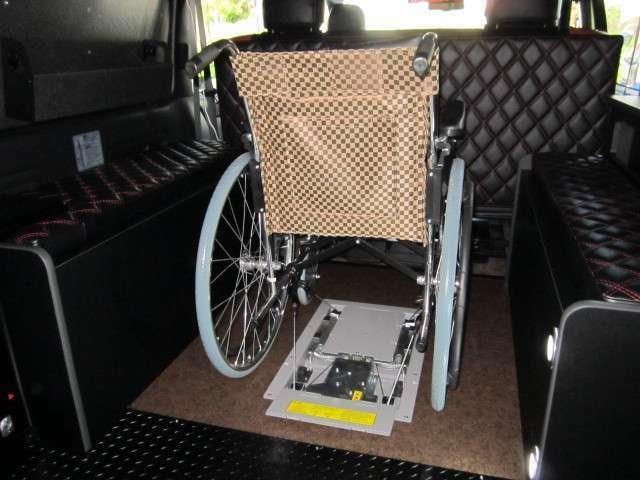 固縛装置展開。車椅子のフレームにフックをひっかけて固定します。乗車定員は5名+1名(車椅子)で合計6名です。