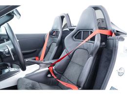 フルバケットシートにレッドのシートベルトがよく映えます。
