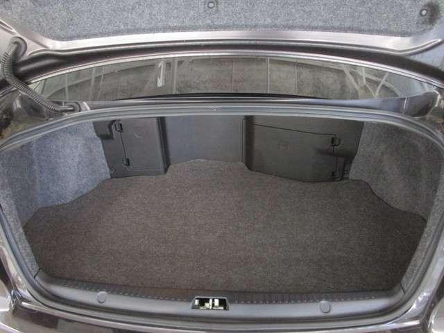 トランクルーム奥にバッテリー、ウォッシャータンクがございますが十分な収納スペースあり