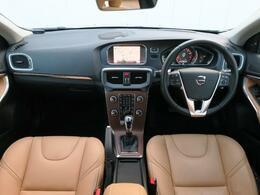 デモカーアップのV40クロスカントリーをご紹介!パノラマガラスルーフ装備!外装色は人気のルミナスサンドメタリック、内装はアンバーレザーのお車でございます。低走行、高年式のお車お見逃しなく!