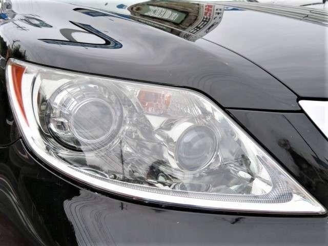 ヘッドライトも綺麗♪プロジェクターヘッドライトはAFS付HID♪より遠くを明るく照らしてくれので、暗い夜道も安心です♪鋭いデザインが特徴的な車両です♪