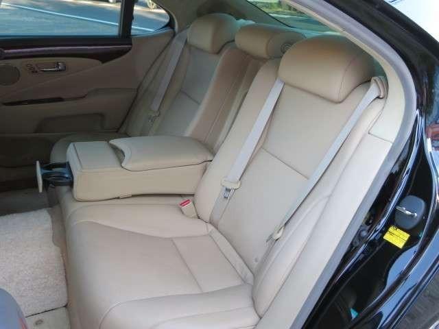 左右のシートがそれぞれ、ソファのように座った方の体を包み込んでくれます♪乗り心地の良い車です♪後席シートもキレイなので、気持ちよくお乗りいただけます♪