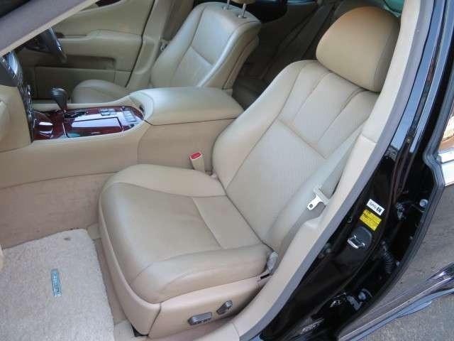 シートはシートヒーター&エアシート機能付き♪汚れの目立ちやすい内装色ですがキレイですよ♪見ていただければ納得していただける車両です♪ぜひ見に来てくださいね♪