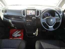 運転席と助手席の間が空いているので後ろの座席へと移動が可能なウォークスルー。