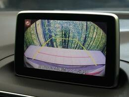 【バックモニター】セレクトノブをRの位置に入れると、自動的に画面がカメラ映像に切り替わります。後退時、ナビの画面で後方の視界をサポートします。