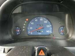スピードメーターは速度計が中央に配置されていて視認しやすくなっています!