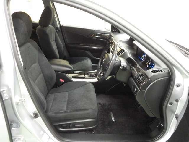 運転席助手席はシートポジションを電動で微調節できるパワーシートになっています。リッチな装備ですね。