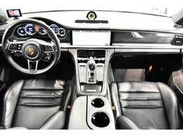 ・カーボンインテリアパッケージ ¥156,000-・カーボンドアシルガード ¥130,000-・メーターパネルダイヤル(ルクソールベージュ) ¥63,000-・サウンドビュー付パークアシスト ¥134,000-