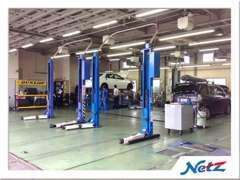 敷地内にサービス工場を併設しております。車検、整備、修理などもお任せください。