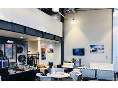 ホワイト基調の開放感あるショールーム。常時新車を展示してます。ショールーム&サービスカウンター併設しアフターにも対応可能