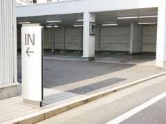 ショールームの裏手に駐車場がございます。ご利用くださいませ。