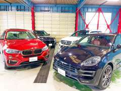 関東エリア最大級の大型ガレージ&ショールームを完備しておりますので、悪天候時や夜のご来店でもゆっくりとお車をご覧頂けます