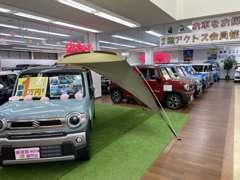 およそ50台のキレイな軽自動車を屋内展示しております!どんな天候でもゆっくりとご覧いただけます☆