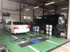 店舗のPITでは、オイル等のほか、販売するお車をしっかりとにチェックします。