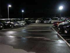 夜間でも照明で在庫車を明るく展示しております!