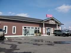店舗建物前にお客様駐車場をご準備し、ご来店お待ちしております。