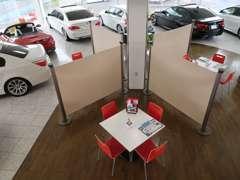 商談テーブルにはパーテーションを設置。お客様の密接を防ぎます