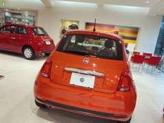 ■□■赤と白を基調とした明るく綺麗な新車ショールーム。