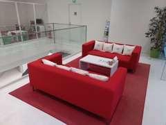 2階は落ち着いた雰囲気の商談スペースです。