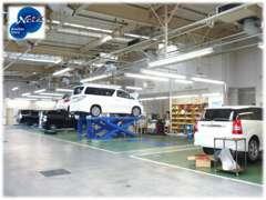 ■サービス工場を併設しております。軽整備から分解整備までお任せください。他社様にてご購入されたお車も歓迎です★