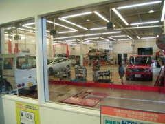 運輸局長指定の自動車整備工場を完備!ショールームから愛車のメンテナンスがご確認いただけます!アフターもお任せください!