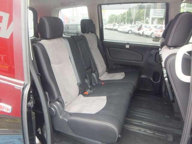 室内の移動もシートアレンジも自在に行える。 「足元広々セカンドシート(左シート横スライドで車内移動も自由に出来る)」