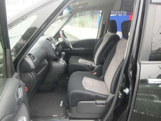 視界の広さで、安全運転をサポート。「幅広いドライビングポジションのフロントシート(運転席 /助手席アームレスト付)」