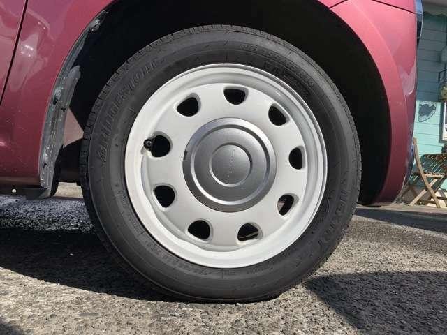 純正の14インチホワイトAWにノーマルタイヤをはいており、タイヤ山はおおよそ各5分山程度、タイヤサイズは155/65R14となります。 新車時からスペアタイヤレスとなり、パンク修理キット積みとなります