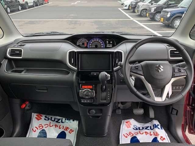 シフトがインパネにあるから足元が広々☆運転席から助手席への移動も楽にできちゃいますね☆運転に疲れたときはササッと代わってもらっちゃいましょう!